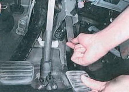 Вставляем пластину между педалью тормоза и штоком выключателя стоп сигнала