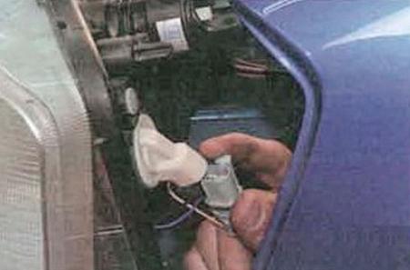 Отсоединяем колодку с проводами от лампы указателя поворота