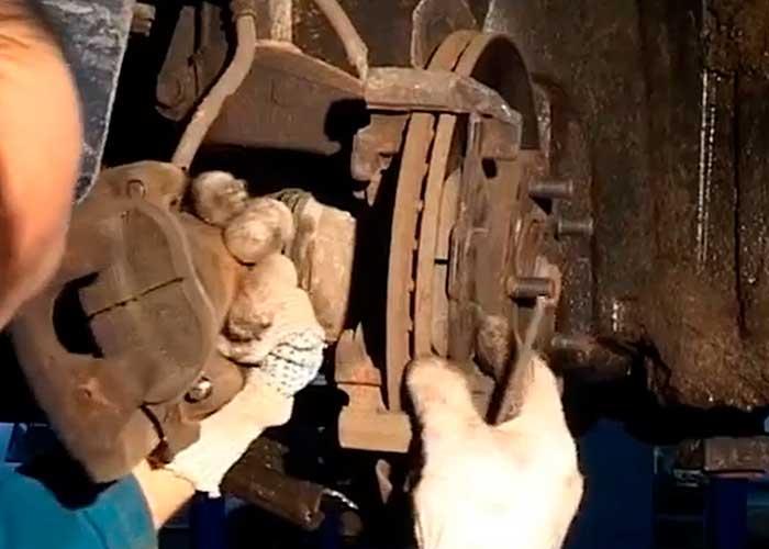 Замена передних колодок мазда 3 своими руками 56