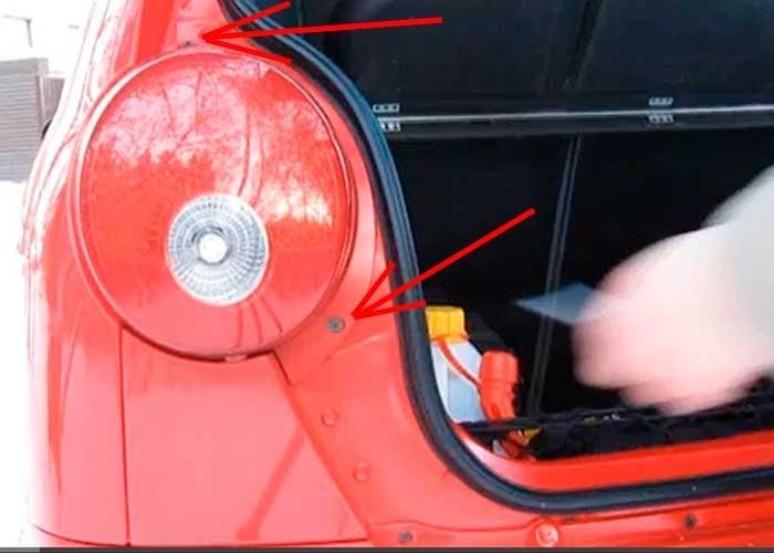 chevrolet spark 2012 замена лампочки заднего фонаря