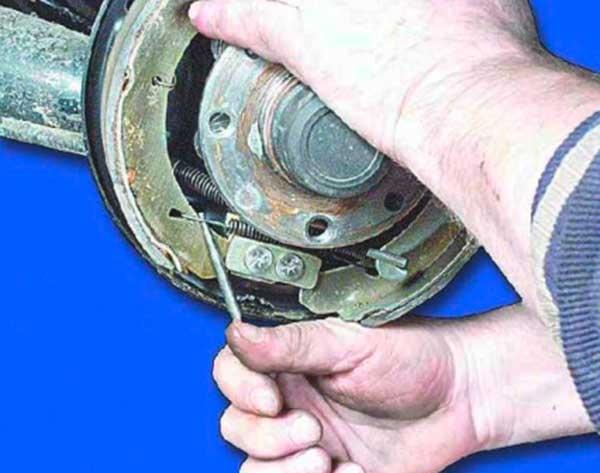 далее как поменять тормозные колодки ваз 21099 фото предлагаем