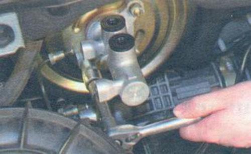 снятие главного тормозного цилиндра volkswagen