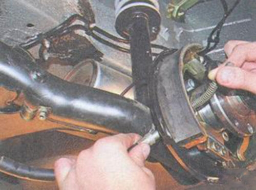 Как заменить тросик ручного тормоза приора